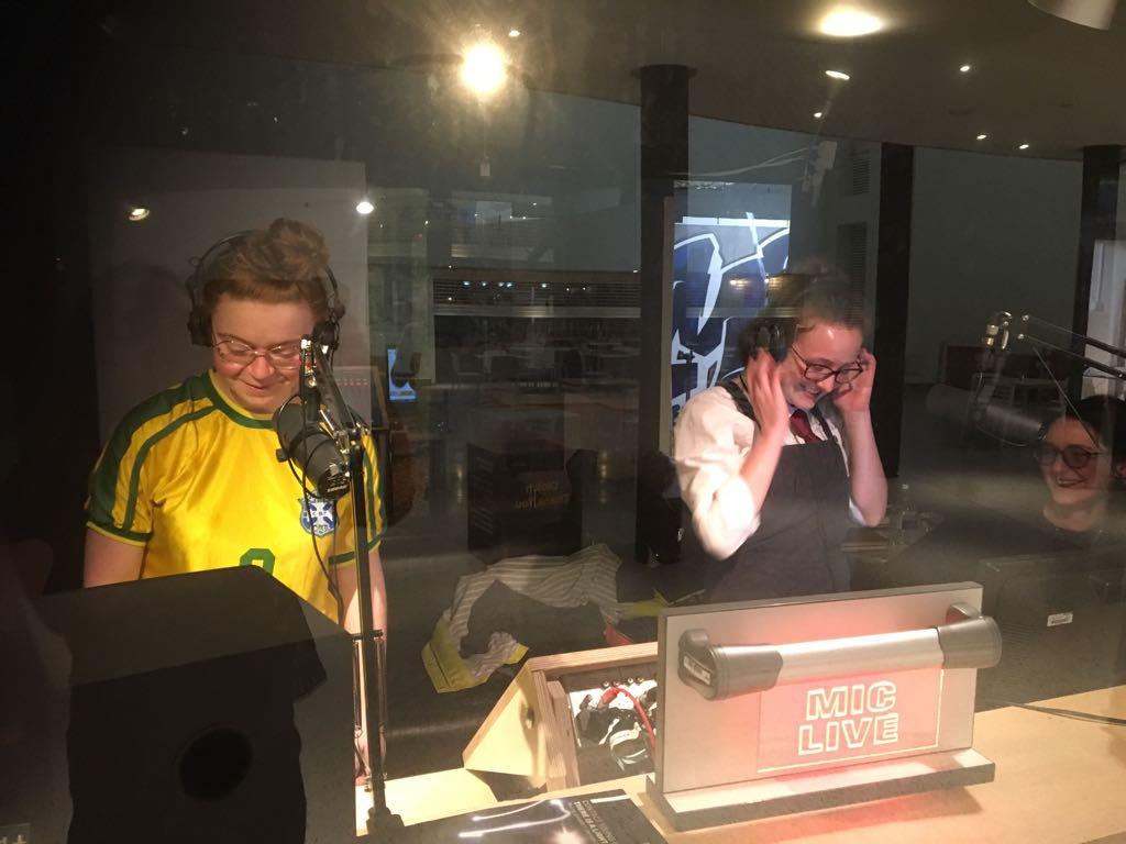Recordio yn stiwdio Radio Platfform