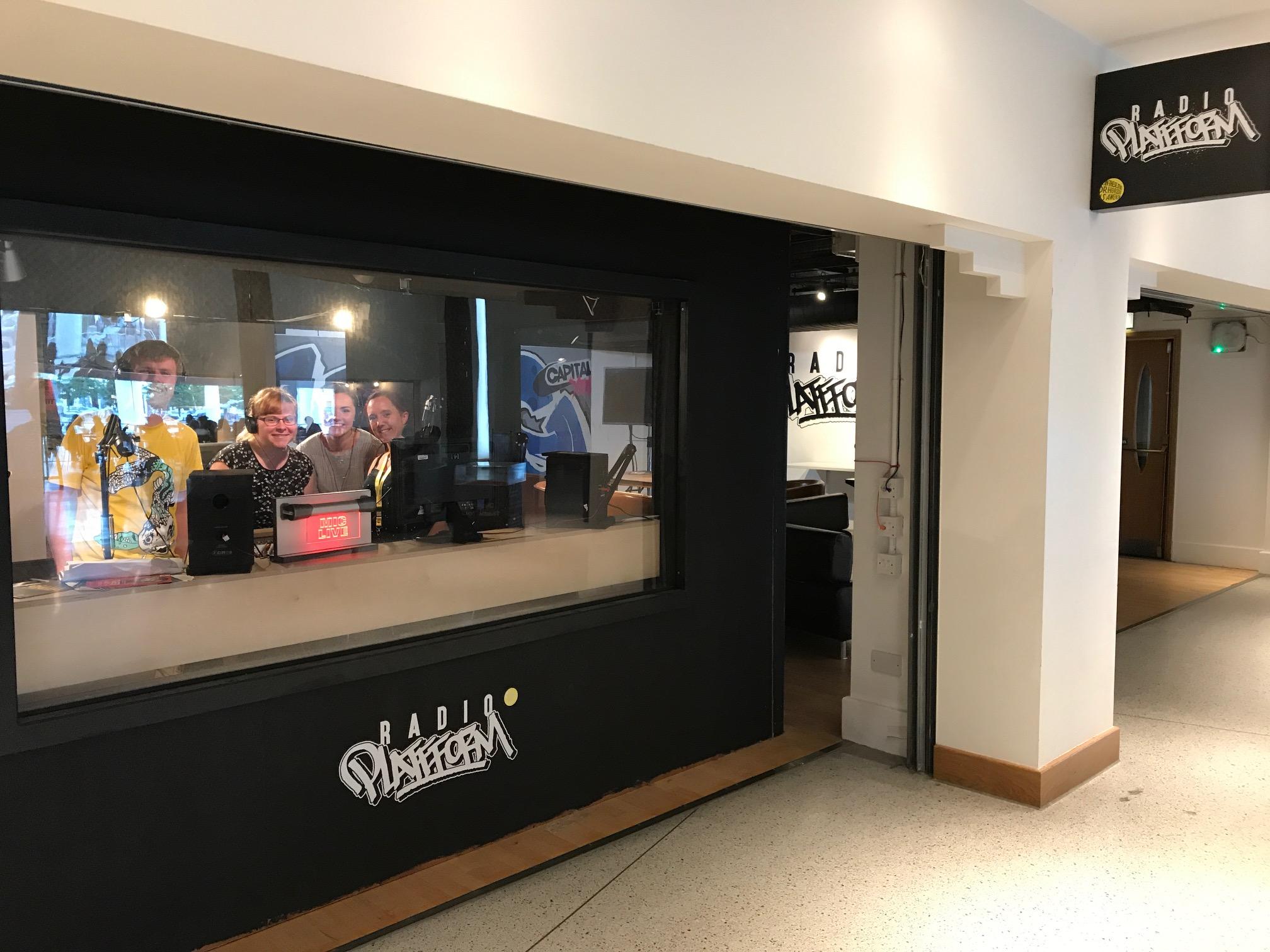 Criw Radio Plattform yn y stiwdio